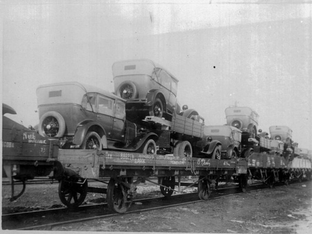 1933-36_gaz-a_es_gaz-aa_szemelyautok_szallitasa_a_gorky_automobile_uzembol.jpg