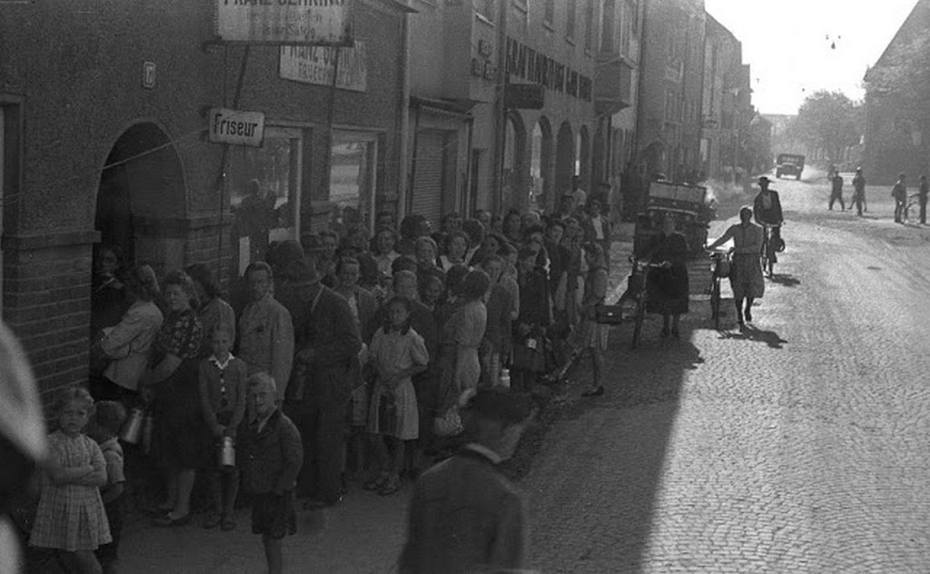 1945_majus_munich_germans_standing_in_line_for_milk.jpg