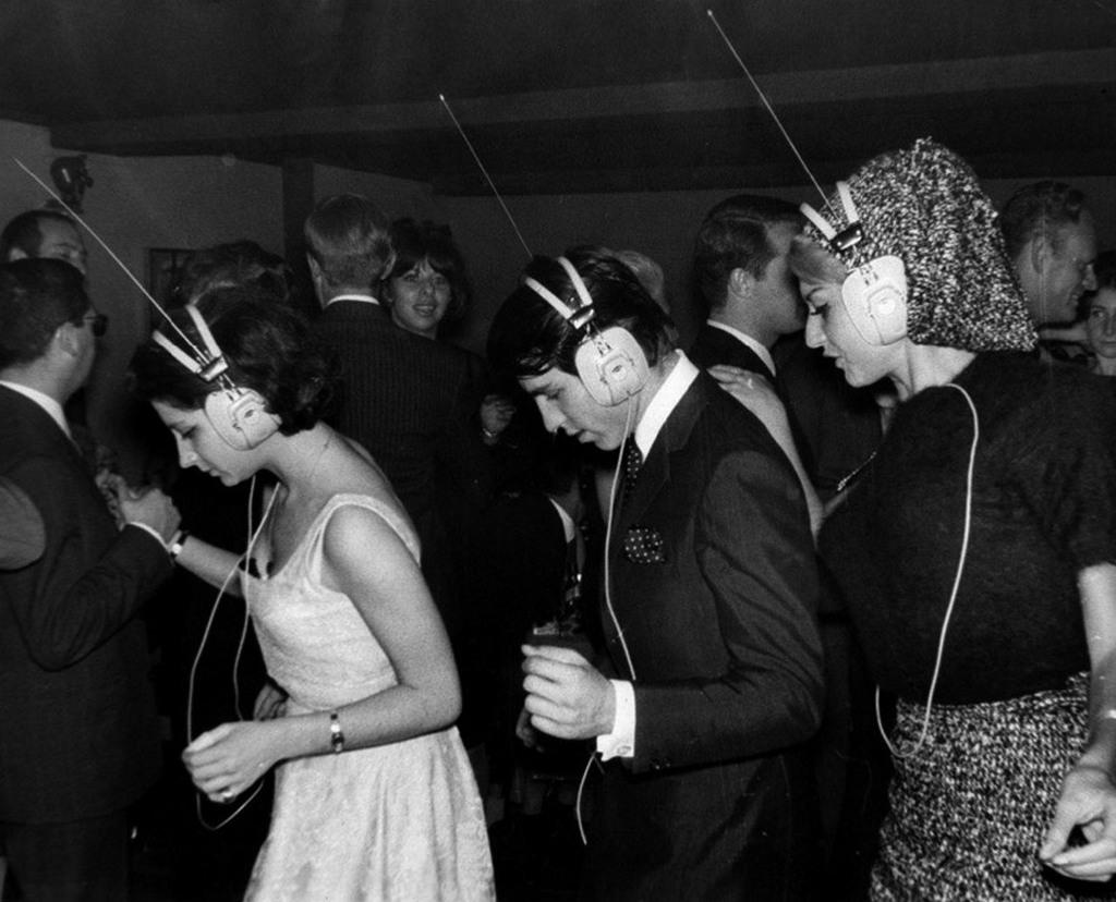 1963_parizsi_ejszakai_klub_amelyben_mindenki_valasztja_ki_hogy_melyik_zenet_tancolja.jpg