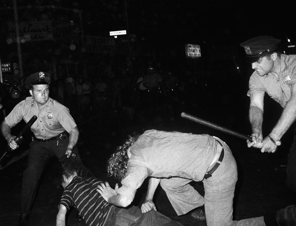 1970-ben_tortent_meggyilkolasa_a_new_york-i_rendorseg_ket_embert_vert_a_homoszexualisok_koreben_a_jogaikert_greenich_village_demonstracio.png