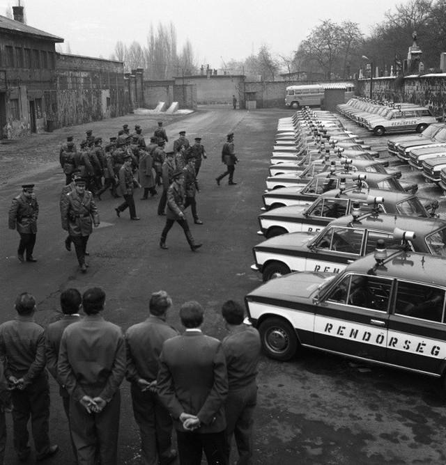 1979_aprilis_a_magyar_rendorok_a_vaz-2103_a_vaz-2102_es_a_gaz-24_uj_gepkocsikat_veszik_at.jpg