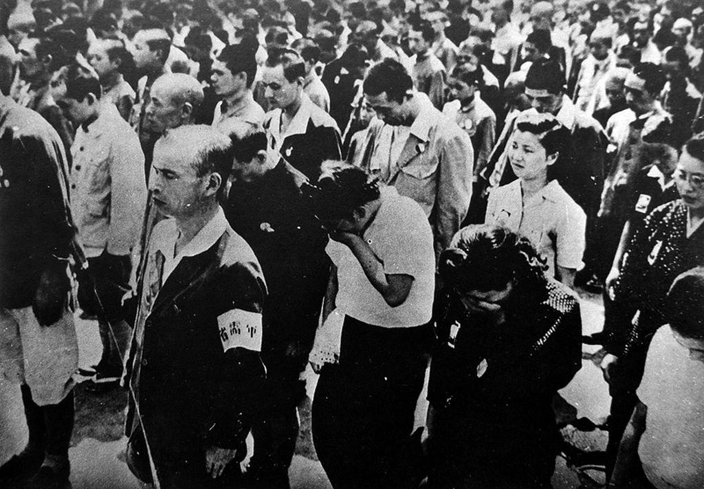 1945_tokio_lakosai_hallgatjak_a_japan_csaszar_lemondasat_a_ii_vilaghaboru_vegen.jpg