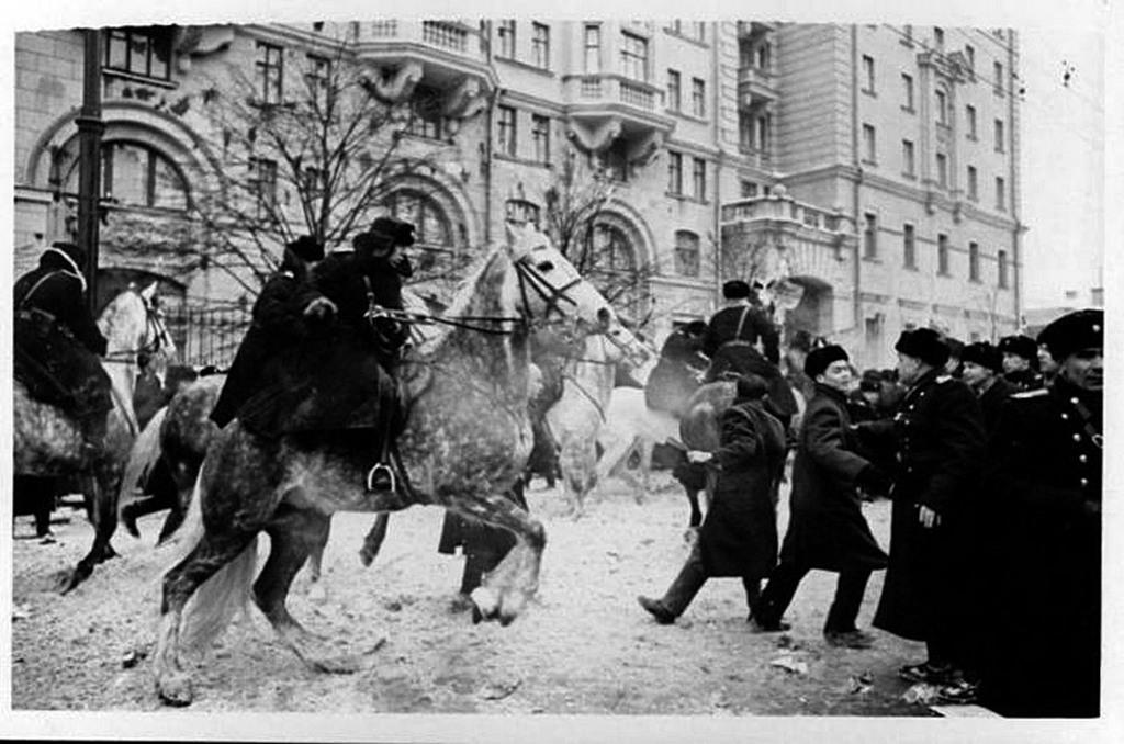 1965_ev_a_tiltakozo_kinai_es_vietnami_diakok_feloszlatasa_az_amerikai_nagykovetseg_elott_a_moszkvaban_talalhato_novinsky_boulevardon.jpg