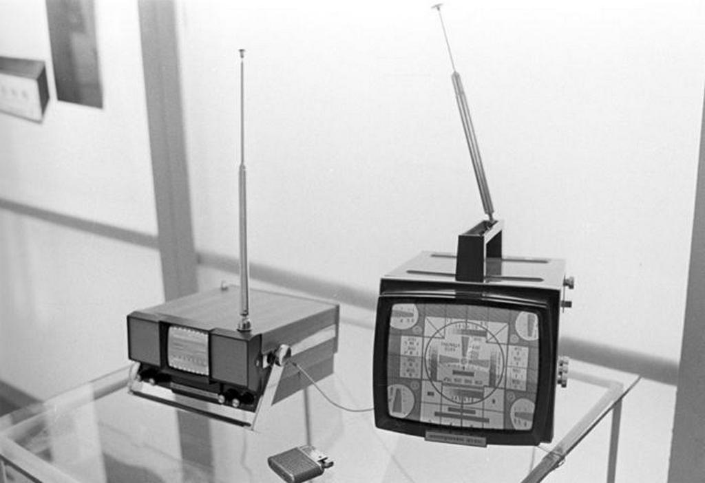 1970_televiziok_electronics-50_balra_es_electronics_vl-100_jobbra_a_radio_elektronika_es_kommunikacio_pavilonjan_a_vdnh_moszkva_szovjetunio.jpeg