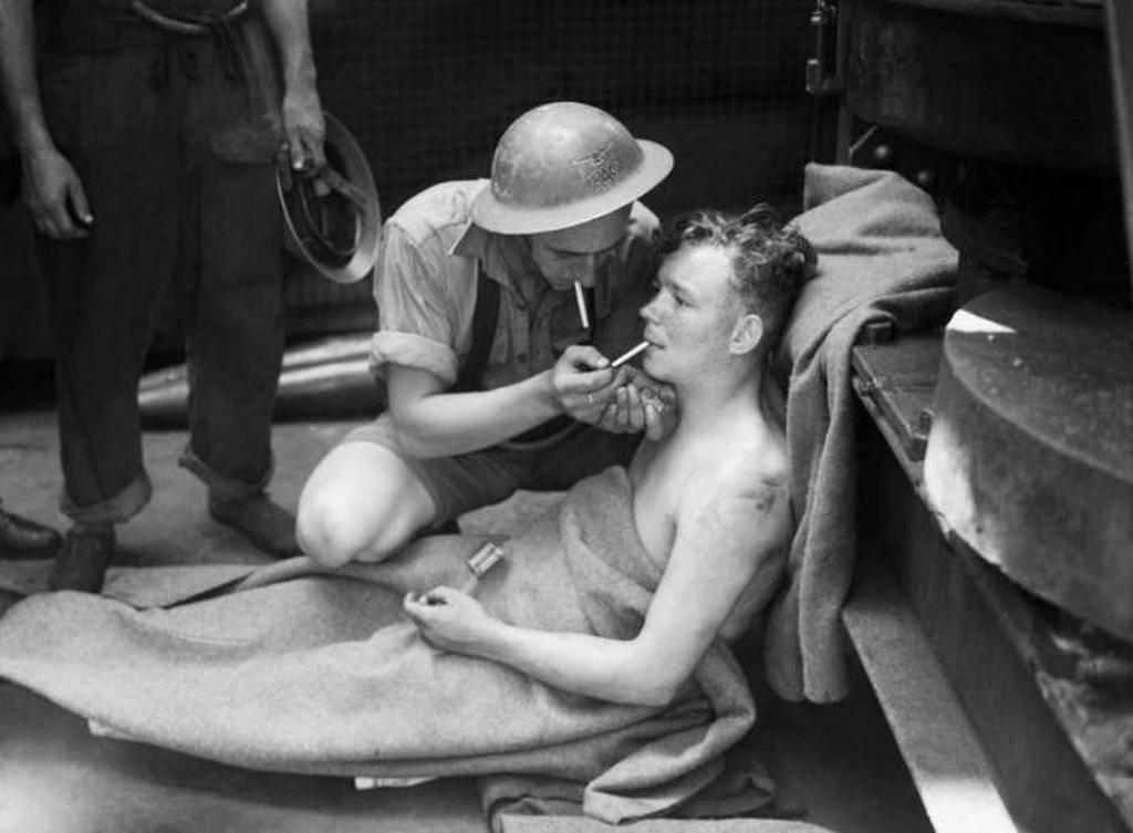 1941_a_hms_manchester_brit_hadihajo_legenysegenek_egyik_sokkot_kapott_tagja_az_olasz_torpedotalalat_utan_gibraltar_kozeleben_a_foldkozi-tengeren.jpeg