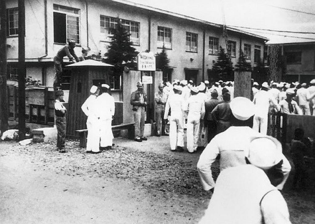 1945_amerikai_tengereszek_egy_japan_nyilvanoshaz_udvaran.jpeg