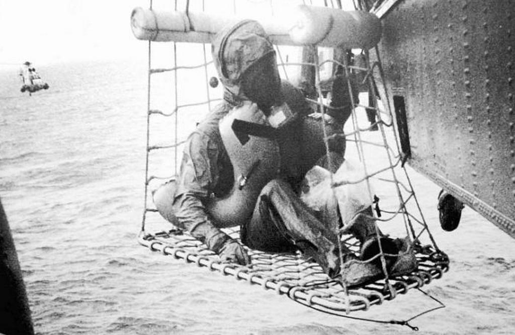 1969_juluis_24_neil_armstrong_a_helikopter_fedelzeten_a_csendes-ocean_felett.jpeg