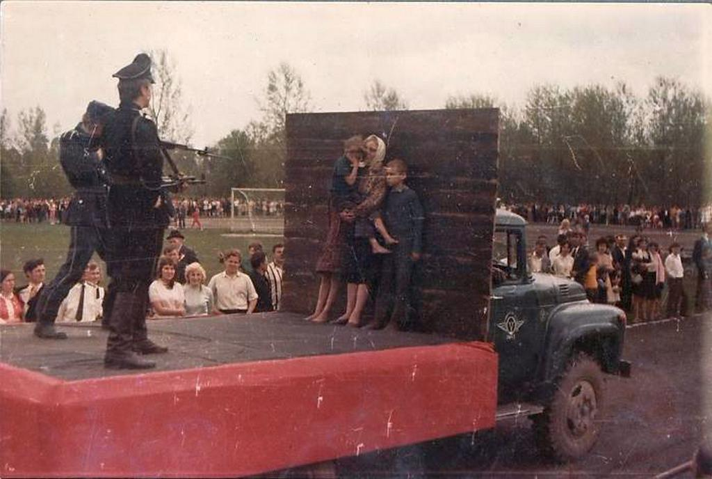 1975_meresz_performansz_egy_teherauto_platojan_a_belorusz_szszk-ban_a_gyozelem_napi_felvonulason_30_evvel_a_masodik_vilaghaboru_vege_utan.jpeg