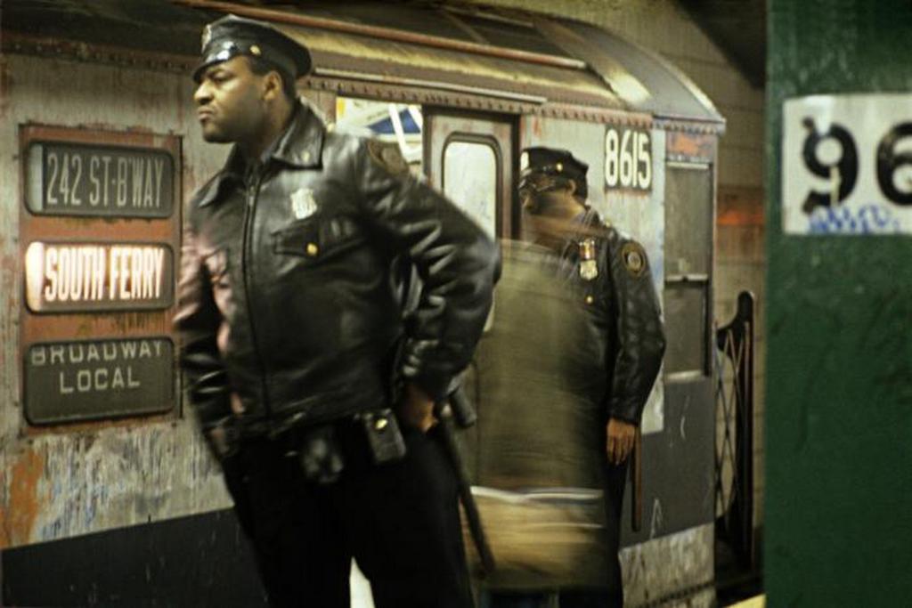 1981_rendorok_keresnek_valakit_a_new_york-i_metroban_usa_a_svajci_willie_spiller_fotoja.jpeg