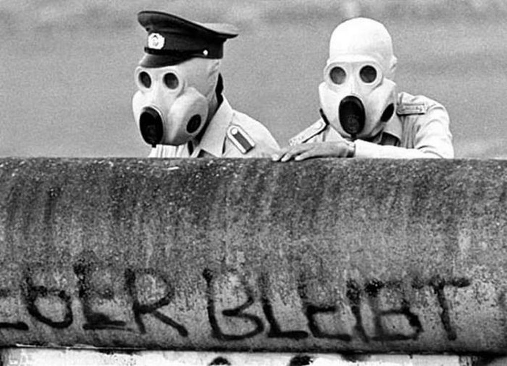 1988_kelet-nemet_hatarorok_kovetik_a_nyugat-berlini_demonstraciot_ahol_a_konnygazt_is_bevetettek.jpeg