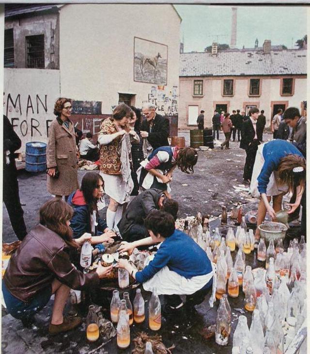 1969_a_bogside-i_csata_idejen_eszakir_nok_molotov_koktelokat_keszitenek_a_felkeloknek_derryben.jpeg