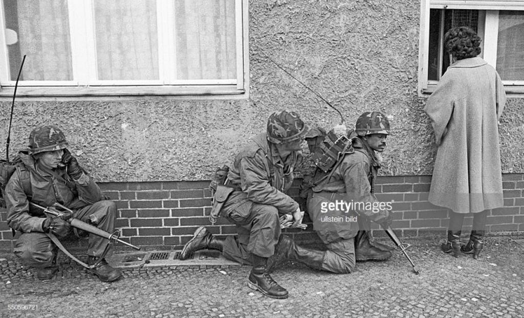 1980_amerikai_es_francia_gyalogosok_az_amerikai_es_a_francia_hadsereg_46_gyalogezredenek_berlini_dandarabol_a_varosfejlesztes_felteteleiben_vegzett_kozos_taktikai_gyakorlatok_soran_nyugat-berlin.jpg