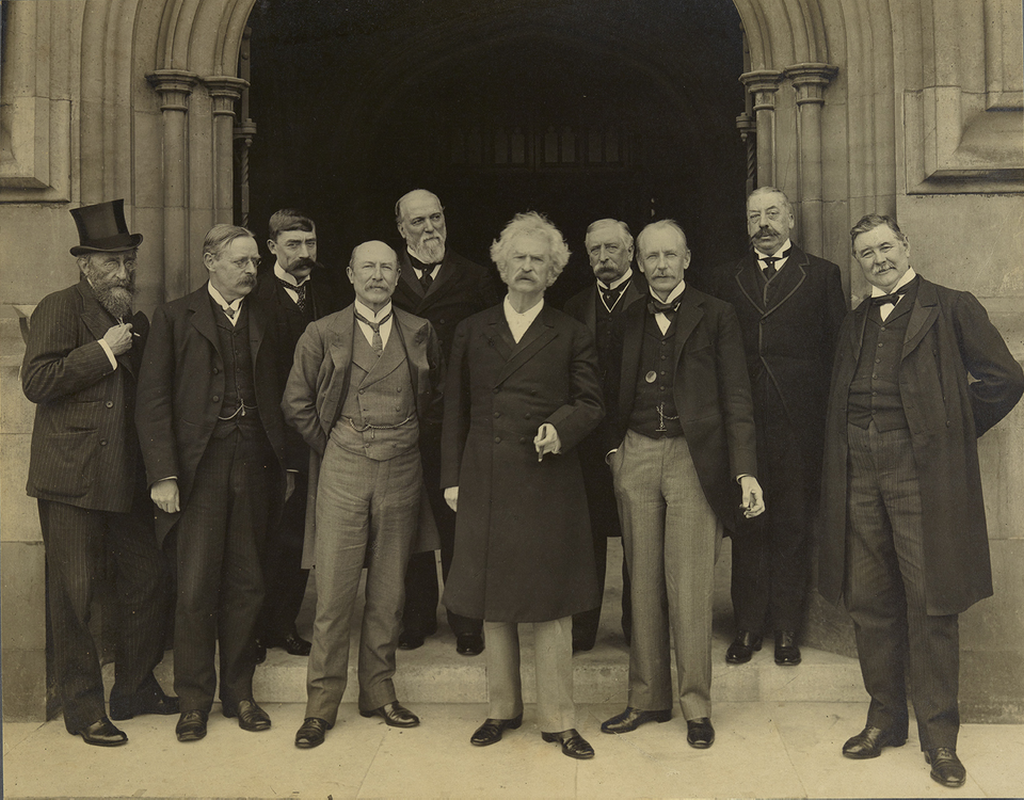 1907_mark_twain_visits_the_houses_of_parliament_london.png