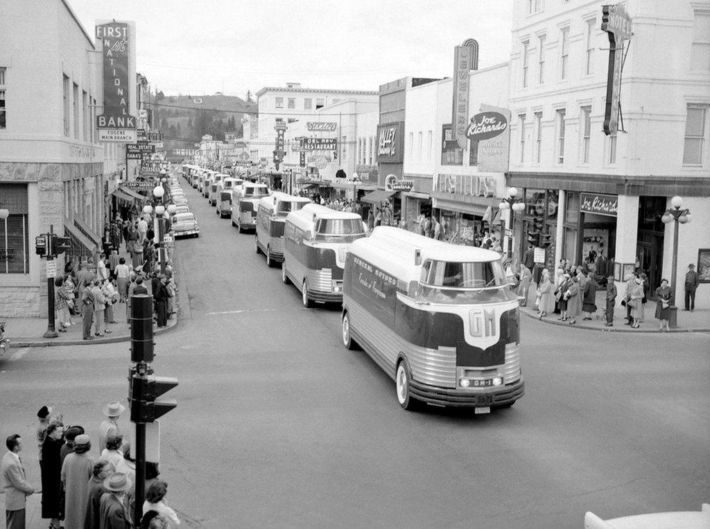 1956_general_motors_futurliner_bus_parade_of_progress_in_eugene_oregon_usa.jpg