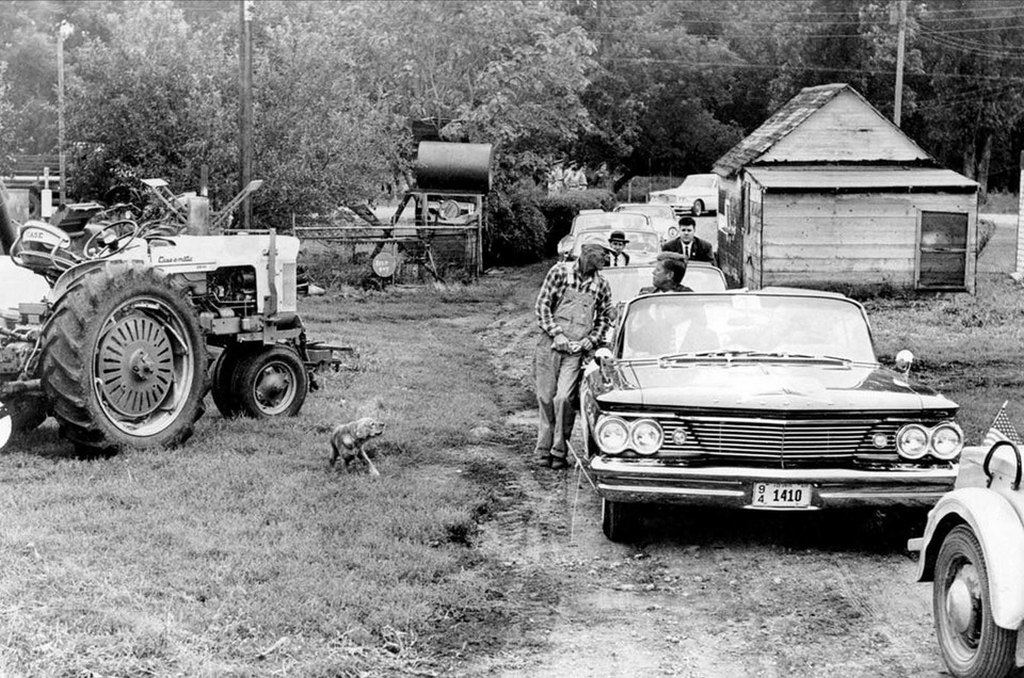 1960_szeptember_senator_john_f_kennedy_stops_his_motorcade_to_chat_with_farmer_james_cox_during_the_1960_presidential_campaign_fort_dodge_iowa.jpg