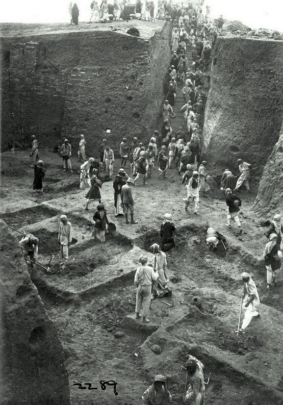 1934_the_excavation_of_the_ancient_city_of_ur_led_by_archeologist_c_leonard_woolley_in_tell_al-muqayyar_irak.jpg
