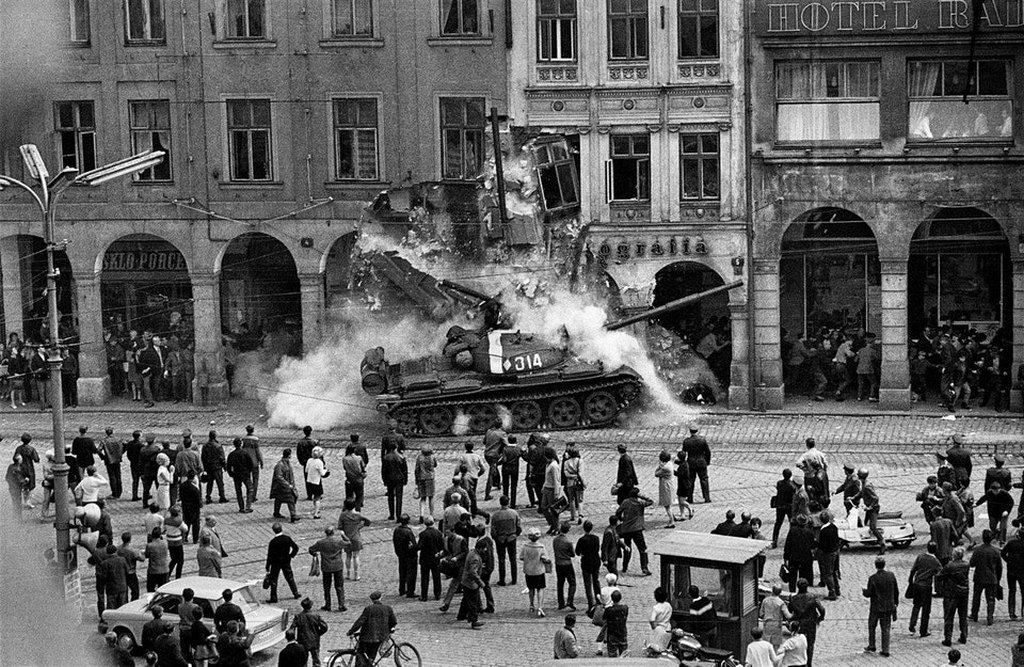 1968_augusztus_21_soviet_tank_ploughs_into_building_during_warsaw_pact_forces_arrival_in_liberec_czechoslovakia.jpg