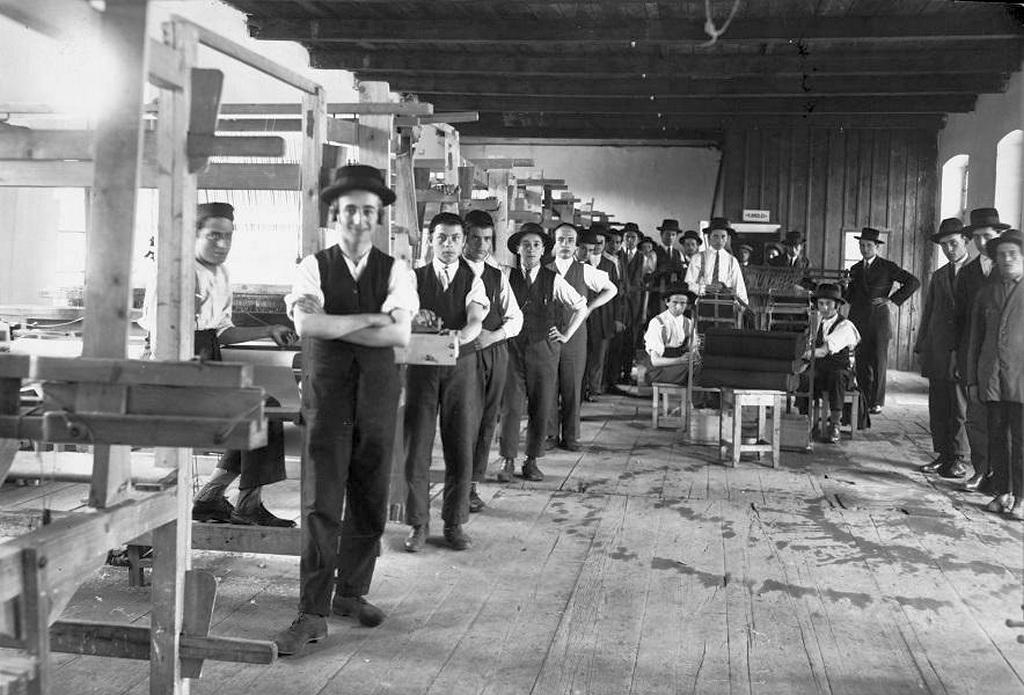 1935_weaving_workshop_at_a_yeshiva_in_sighet_hungary_1942-43-ban_12750_zsidot_deportaltak_auschwitzba.jpg