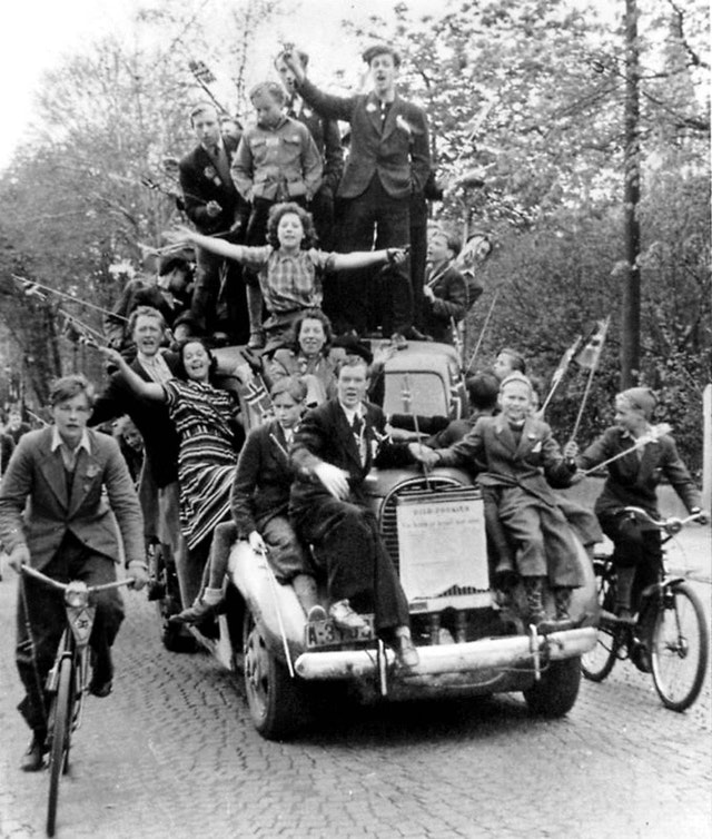 1945_majus_8_norwegian_civilians_celebrate_the_arrival_of_an_allied_military_mission_in_oslo.jpg