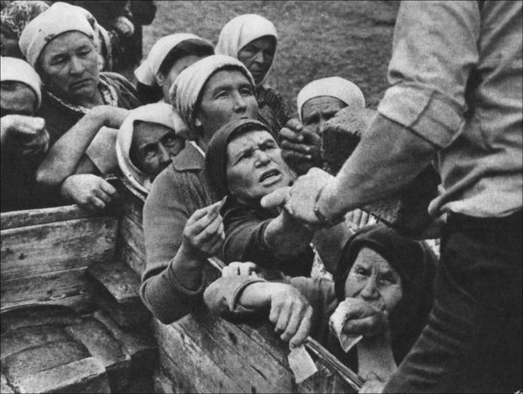 1960-as_evek_varakozas_a_kenyerre_egy_kis_faluban_a_szovjetunioban.jpeg
