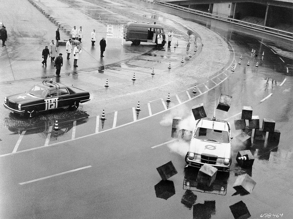 1970_decembere_daimler-benz_demonstrates_the_first_generation_anti-lock_braking_system_abs_to_the_public_on_the_test_track_in_unterturkheim.jpg