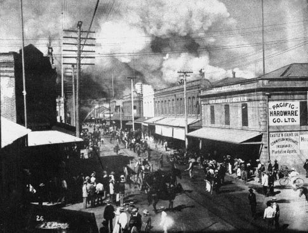 1900_after_the_arrival_of_bubonic_plague_honolulu_s_chinatown_goes_up_in_flames.jpg