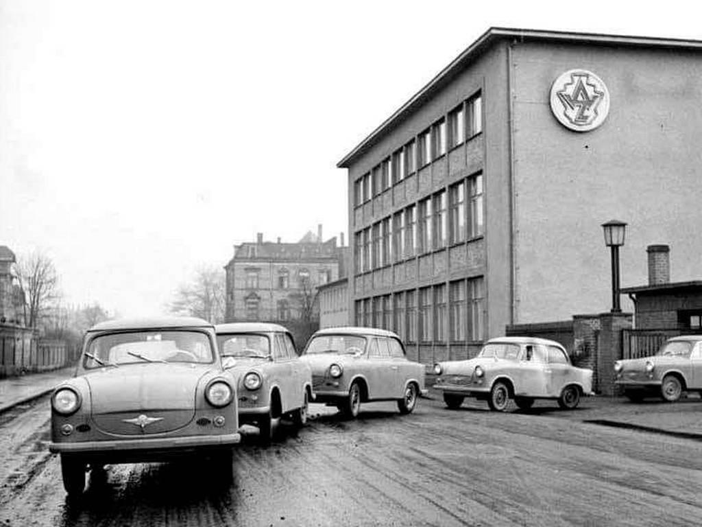 1958_januar_eloszerias_trabantok_gordulnek_ki_probautra_az_egykori_audi-gyar_kapujan_zwickauban_a_trabant_nevet_csak_a_gyartasra_kaptak_meg_igy_az_eloszerias_autok_neve_valojaban_awz_p-50_volt.jpg