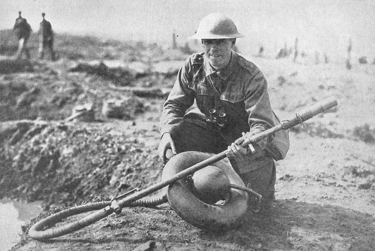 1917_australian_soldier_posing_with_a_captured_german_m_16_flammenwerfer_near_ypres.jpg