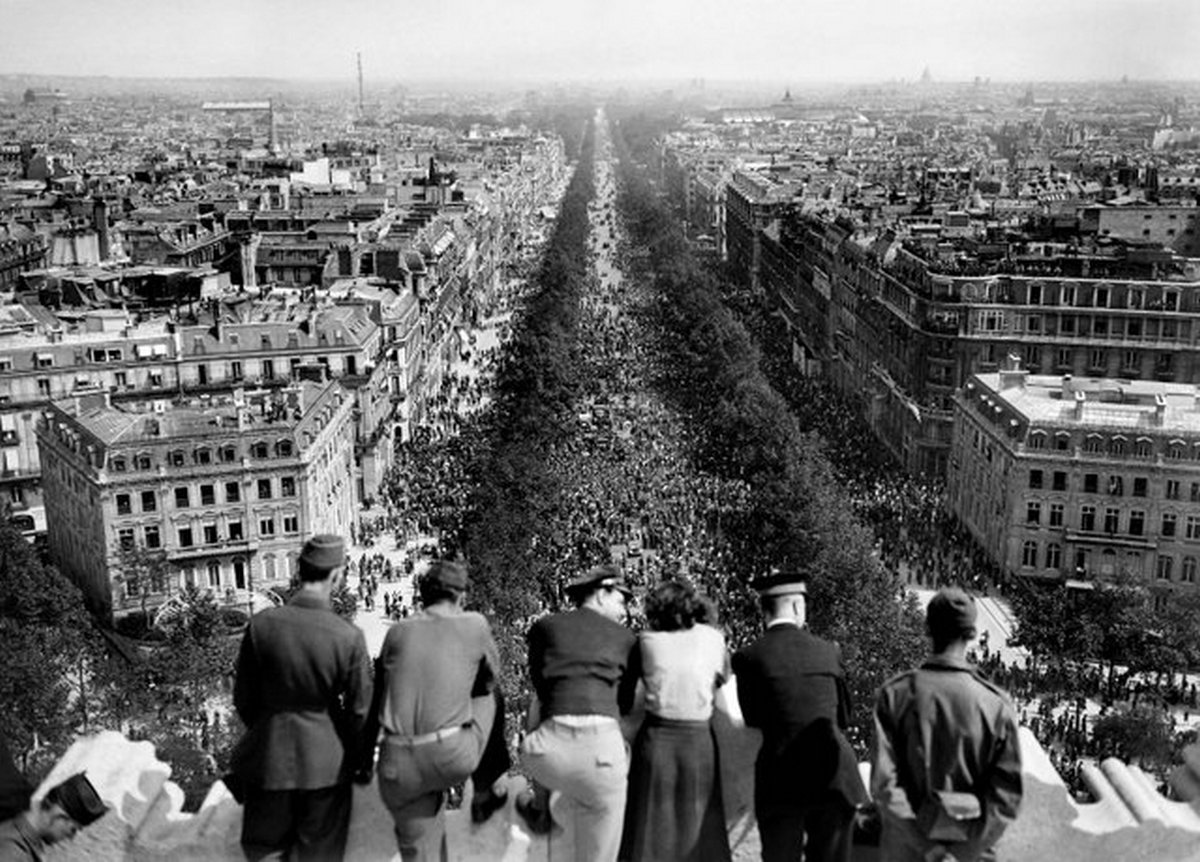 1945_majus_8_united_states_army_personnel_on_top_of_l_arc_de_triomphe_in_paris_france_watching_the_celebration_in_the_streets_over_the_war_in_europe_coming_to_an_end.jpg