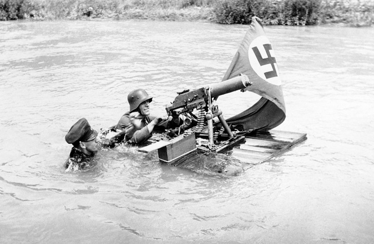 1938_vienna_police_lifeboats_competed_on_the_danube_canal_in_races_during_the_gathering_two_soldiers_demonstrated_the_art_of_swimming_a_machine_gun.jpg