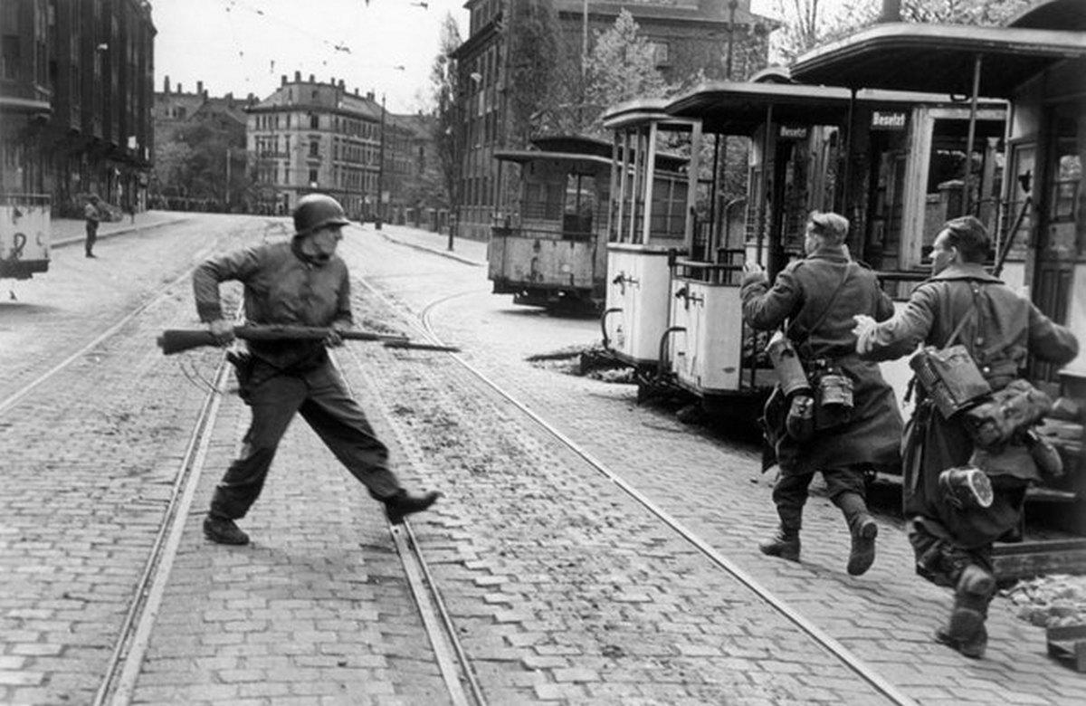1945_aprilis_18_an_american_soldier_captures_german_soldiers_leipzig_germany.jpg