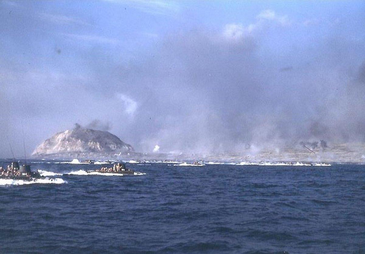 1945_februar_19_lvts_headed_for_landing_beaches_on_iwo_jima.jpg