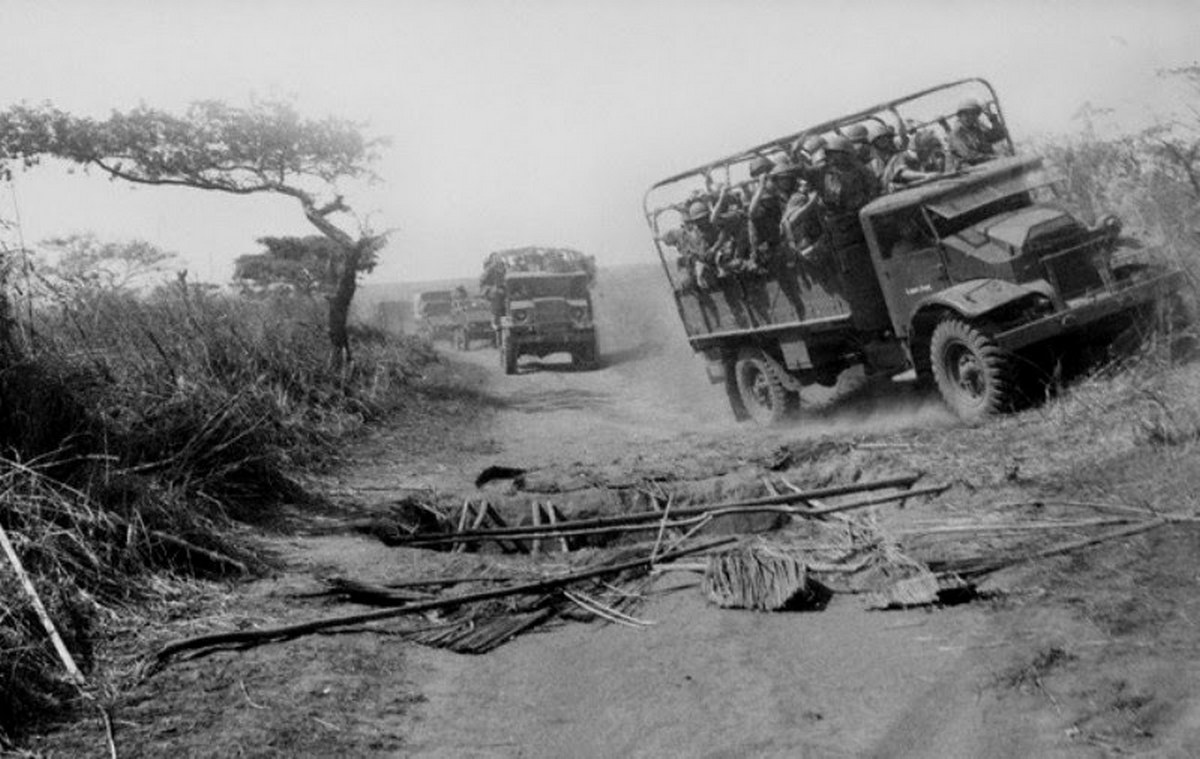 1961_a_portuguese_army_convoy_dodges_a_trap_on_the_road_during_portuguese_colonial_war_mozambique-angola.jpg