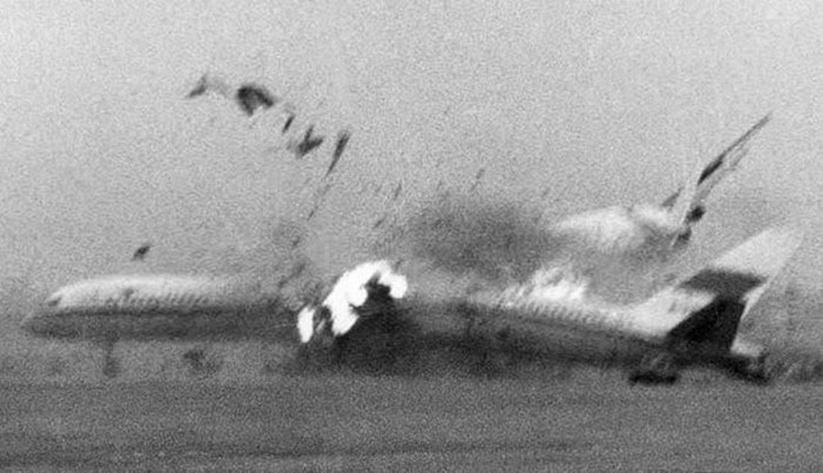 1990_oktober_2_a_hijacked_xiamen_airlines_jet_crashes_into_a_china_southern_757_on_the_parking_apron_at_guangzhou_baiyun_airport.jpg