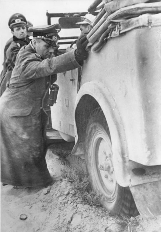 1941_ujev_napja_erwin_rommel_helping_to_free_up_his_staff_car_a_czech_superb_kfz_21_tatra_64.jpg