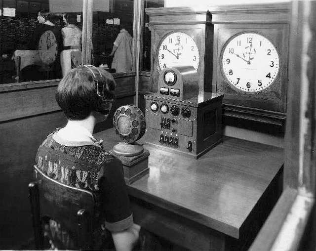 1937_an_operator_in_chicago_in_1928_announces_the_time_every_15_seconds.jpg
