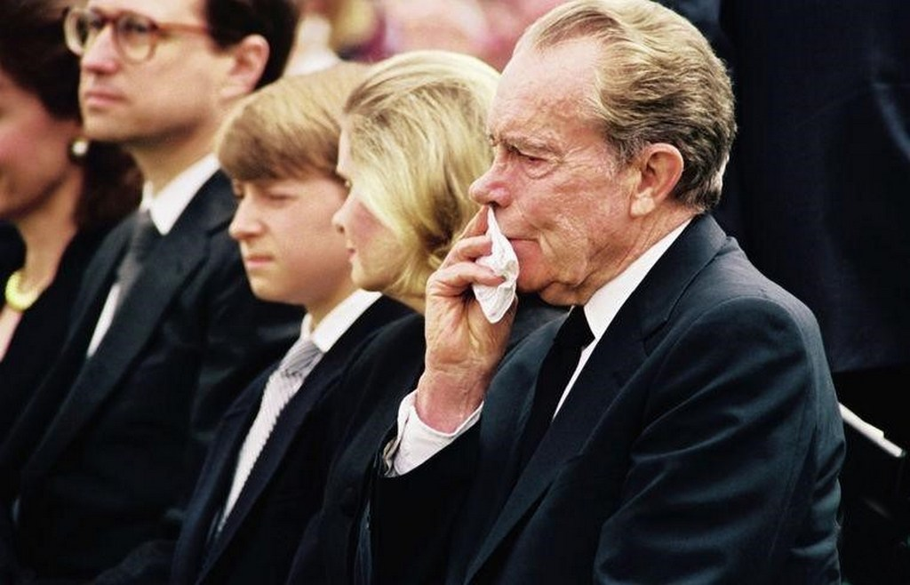 1993_richard_nixon_at_his_wife_s_funeral_june_26_1993_he_died_10_months_later.jpg