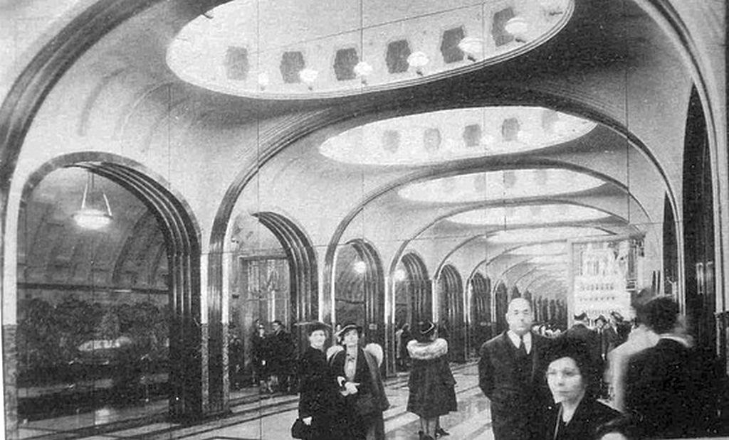 1939_a_new_york-i_vilagkiallitas_latogatoi_a_moszkvai_majakovskaja_metroallomas_egy_felepitett_szeletet_nezik_amelyet_tukrok_hasznalataval_tobbszoroztek_meg_hogy_az_eredeti_allomas_illuziojat_keltse.jpeg