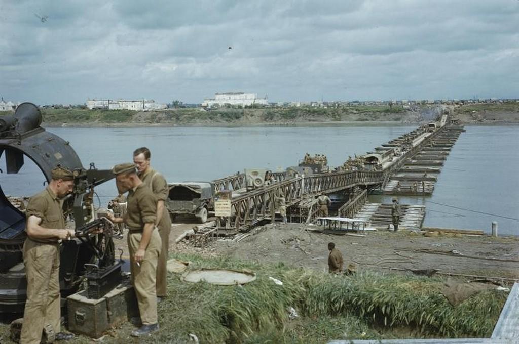 1945_aprilis_a_brit_8_hadsereg_egysegeinek_atszallitasa_a_po_folyo_kozeleben_a_ferrara_varosa_kozeleben_a_szovetseges_muveletek_soran_grapeshot_az_olaszorszagi_tamadas.jpg
