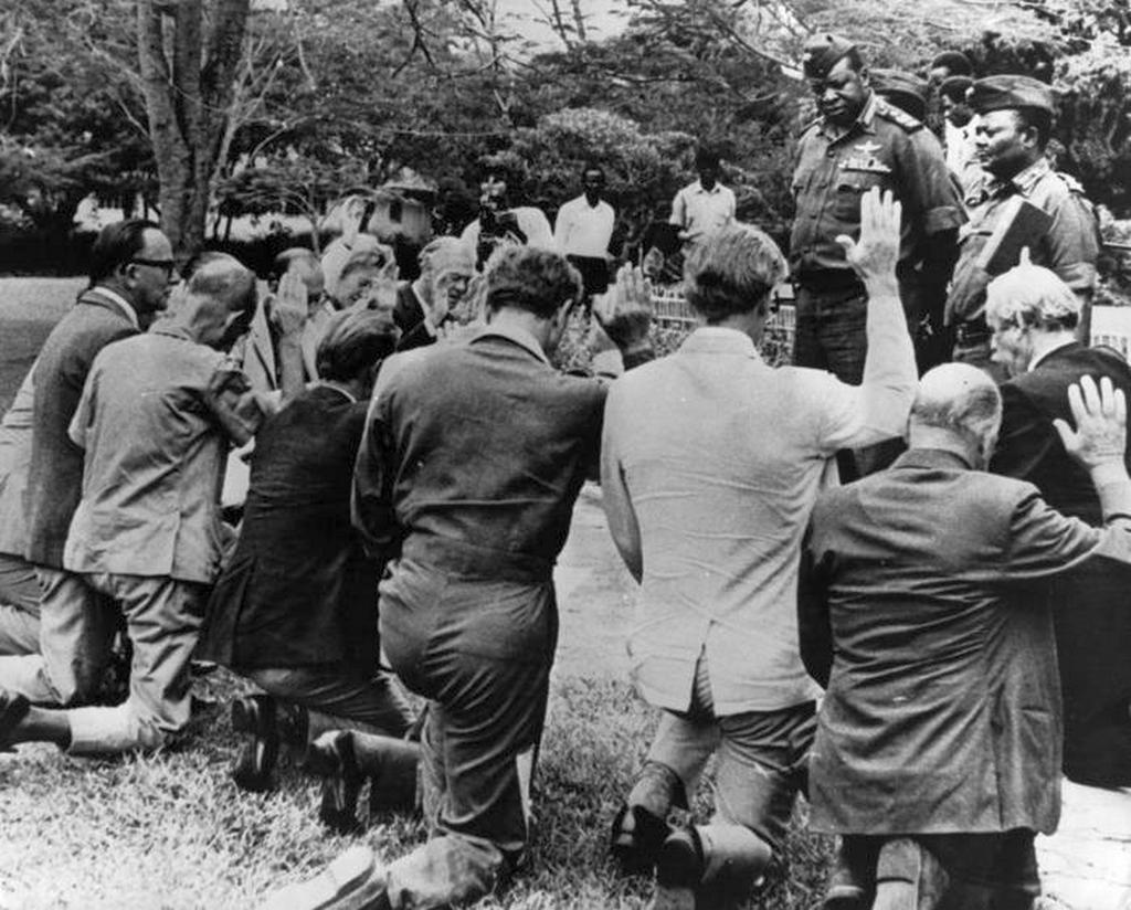 1971_tisztviselok_eskuszenek_idi_amin_dada_ugandai_elnoknek.jpeg
