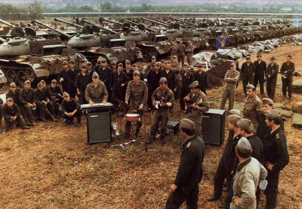 1986_amator_koncert_az_ndk_nepi_hadserege_egyik_tarozoegysegeben_vegzett_terepmunka_soran.jpg