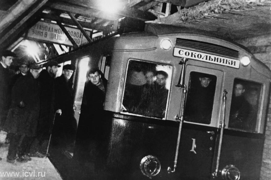 1935_majus_15_az_elso_metrovonal_megkezdi_mukodeset_moszkvaban_a_13_allomasbol_allo_11_kilometer_hosszu_vonalon_4_kocsis_szerelvenyeket_allitottak_forgalomba_amik_a_legfeljebb_80_kmh_sebesseggel_haladtak.jpg