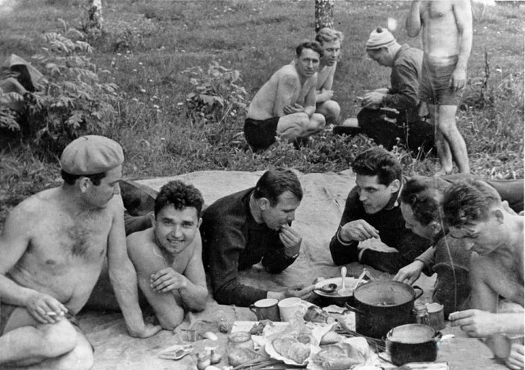 1963_asztronautak_egy_pikniken_dolgoprudnyban_yuri_gagarin_alexey_leonov_boris_volynov_victor_gorbatko_barataival_es_ismeroseivel.jpg
