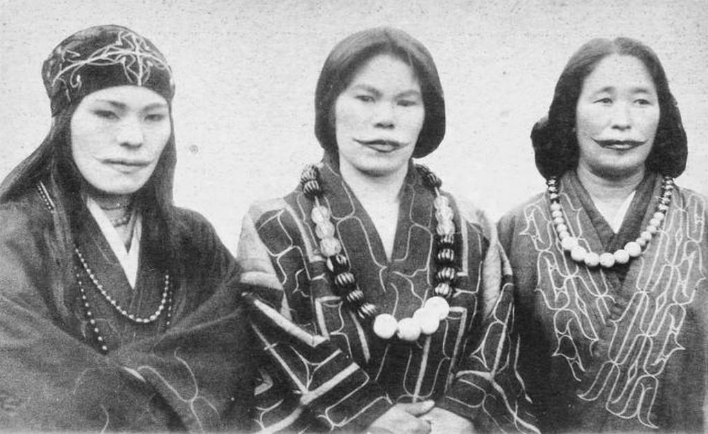 1915_ainu_nok_hagyomanyos_ajak_tetovalassal_japanban_cr.jpg
