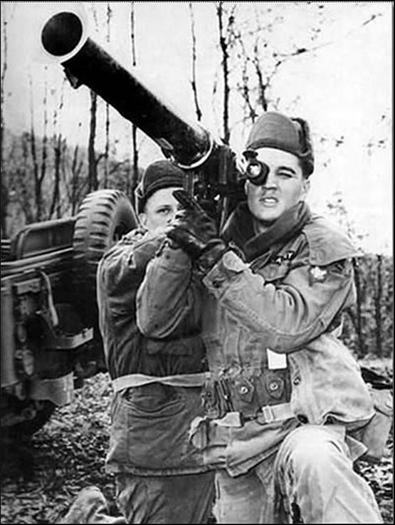 1958_elvis_presley_granatvetovel_a_seregben.jpg