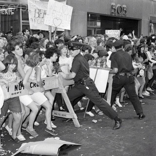1964_amerikai_beatles_rajongokat_probaljak_meg_visszatartani_a_rendorok.jpg