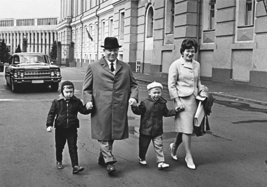 1964_nyikita_hruscsov_szovjet_elso_titkar_a_kremlben_csaladjaval_lanya_es_unokai_hatalmanak_utolso_eveben.jpeg