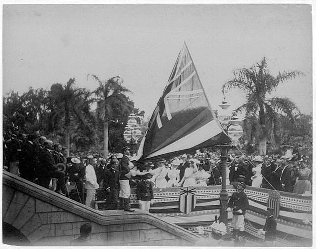 1898_augusztus_12_lowering_the_flag_of_the_independent_nation_of_hawaii_after_annexation_into_the_united_states_iolani_palace.jpg