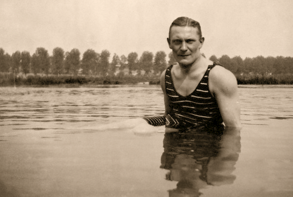 1918_young_hermann_goering_swimming_in_a_lake.png