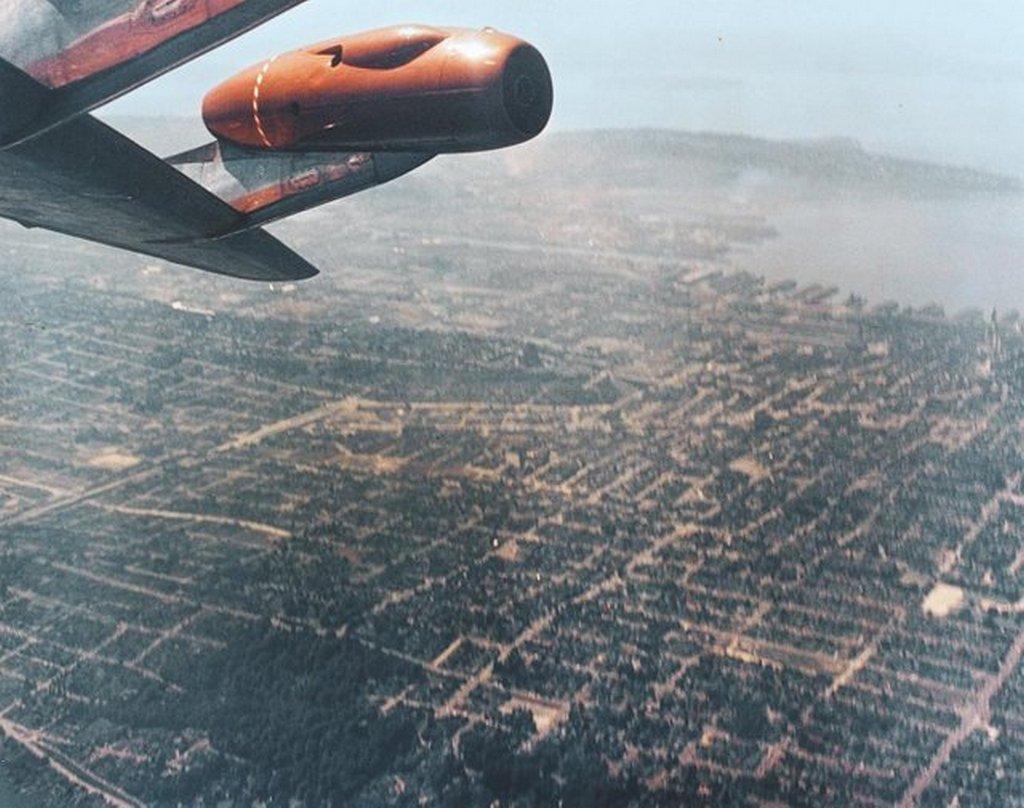 1955_boeing_707_is_upside_down_1g_barrel_roll_maneuver_during_test_flight.jpg